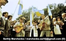 На одному із пісенних майданчиків неподалік від стадіону в Чернівцях, де проходив фестиваль «Червона рута»