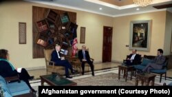 عبدالله عبدالله رئیس اجرائیه افغانستان حین ملاقات با نیکولاس کی سفیر بریتانیا در کابل