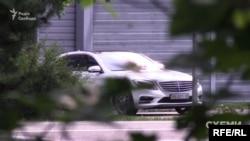 Зрештою, звідти виїхав Mercedes, зареєстрований на дружину президента Олену Зеленську