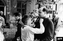 Горбачов води делегация на комунистическата партия в Ставропол на 10 юни 1966 г. Това е и мястото, където започва политическата му кариера.