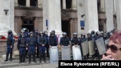 Міліція біля Будинку профспілок в Одесі на ранок після пожежі, 3 травня 2014 року