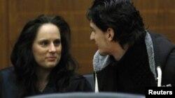 Обвинетиот 21-годишен Арид Ука со адвокатката Михаела Рот пред регионалниот суд во Франкфурт.