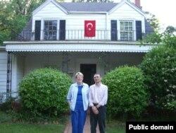 Gwen və Aziz Sancar yaratdıqları Türk evinin önündə, Şimali Karolina, ABŞ