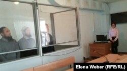 """Обвиняемые в причастности к деятельности запрещенной """"Таблиги Джамаат"""" в суде. Караганда, 28 марта 2016 года."""