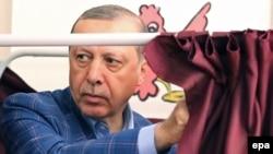 Түркия президенті Режеп Ердоған референдумге дауыс берді. Стамбул, 16 сәуір 2017 жыл.