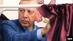 R.T.Erdoğan səs verir. 16 aprel 2017