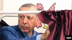 Туркойчонан президент ЭрдохIан Тайипа кхаж тесна араволуш ву кхаж тосучу меттера Стамбулехь, Оханан-беттан 16, 2017.