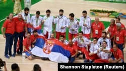 Košarkaši Srbije nakon dodele medalja