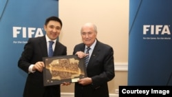 Президент ФФК Ерлан Кожагапанов с президентом FIFA Йозефом Блаттером (справа).