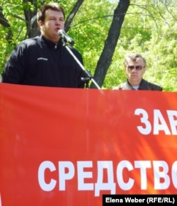 """Дмитрий Павлов, директор по персоналу компании """"АрселорМиттал Темиртау"""" выступает на митинге. 19 мая 2012 года."""