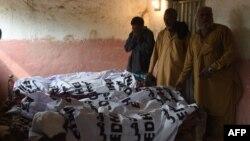 Članovi porodica pored tela ubijenih u samoubilačkom napadu u Pakistanu