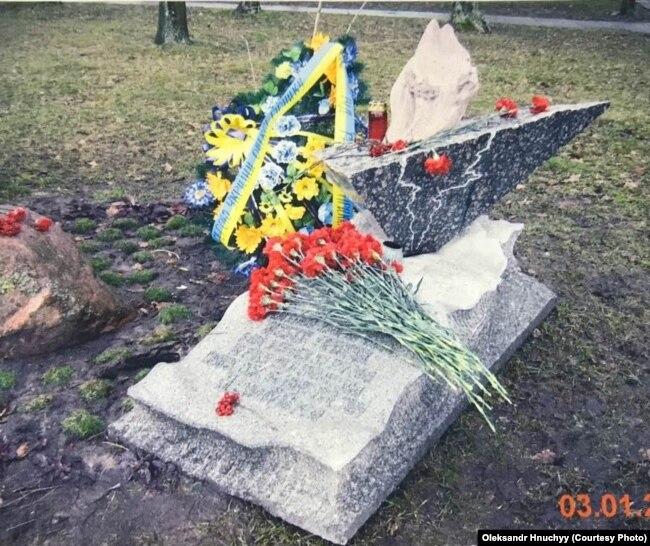 Пам'ятний знак на місці самоспалення Олекси Гірника в Каневі