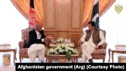Afghan President Ashraf Ghani (L) met Pakistani Prime Minister Imran Khan.