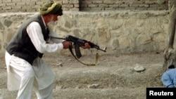ارشیف، خوست کې د طالبانو د یوې محکمې د حکم پر بنسټ یو سپین ږیری سړی د خپل زوی د قاتل د قصاص پر مهال، د ۱۹۹۶ کال د فبروري ۰۹مه.