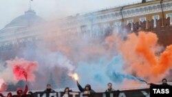 Orsýetli aktiwistler HAG-laryň gaýtadan registrasiýa edilmelidikleri baradaky täze talaplara protest bildirýärler. Moskwa, 19-njy mart, 2013.