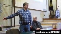 Зьміцер Колас (зьлева) і Лявон Баршчэўскі падчас прэзэнтацыі сваіх кніг у Магілёве, 17 сакавіка 2016 году