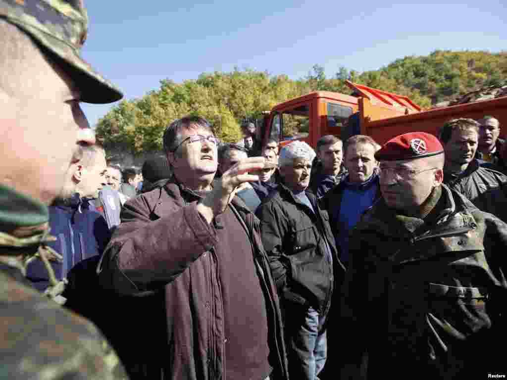 Lokalni Srbi pregovaraju sa predstavnicima KFOR-a