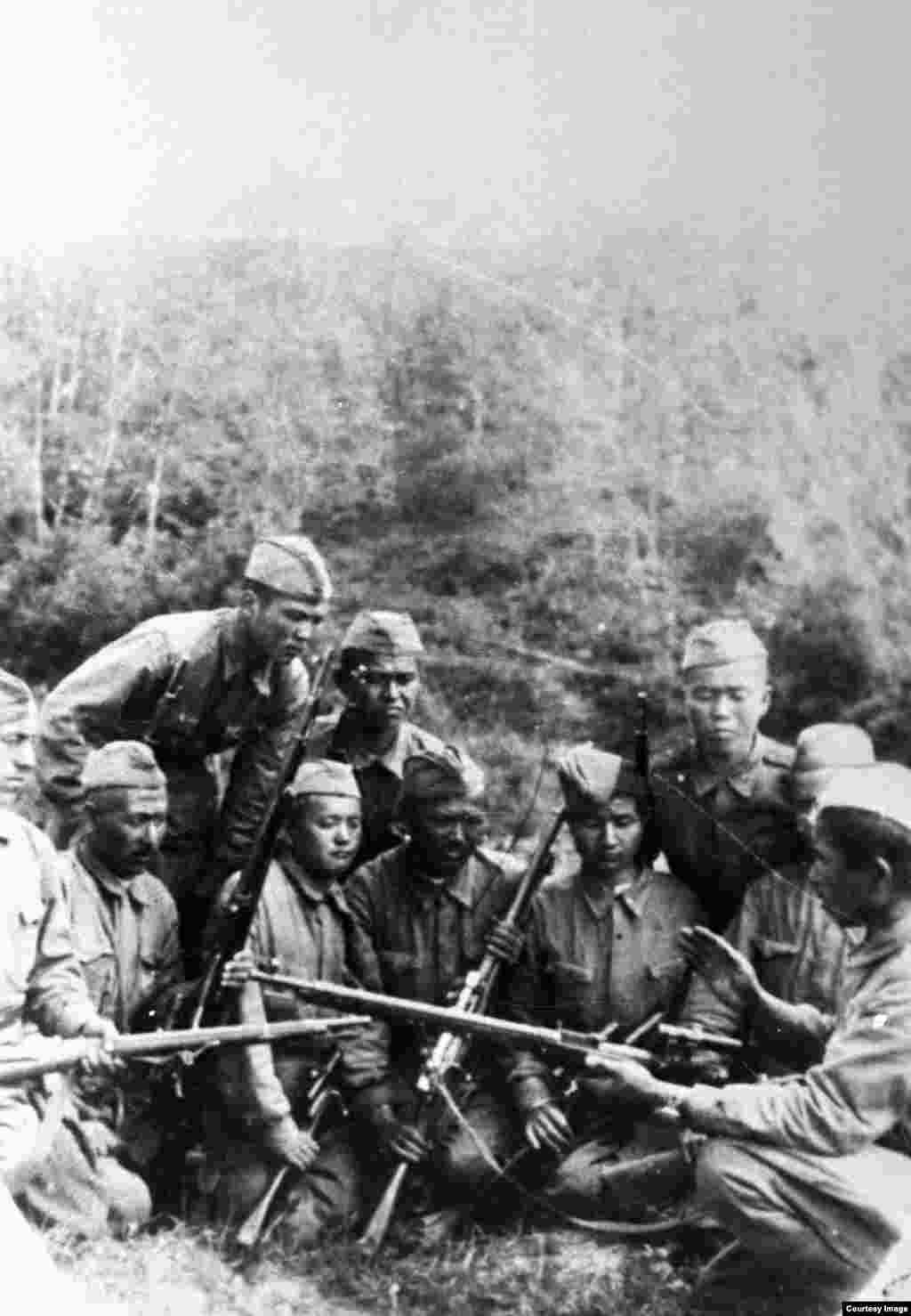 """Подпись под этой архивной фотографией: """"К.Улыбаев— стрелок (справа) среди своих сослуживцев"""". 1944 год."""