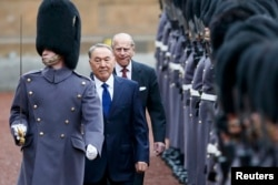 Президент Казахстана Нурсултан Назарбаев (второй слева) обходит строй почетного караула в Букингемском дворце. Лондон, 4 ноября 2015 года.