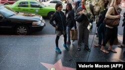 حلقه گل يادبود فيل اورلی کنار ستاره برادران اورلی در پیادهروی مشاهیر هالیوود