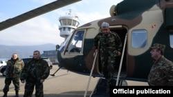 Серж Саргсян сходит с вертолета в аэропорту Степанакерта, 13 ноября 2014 г.