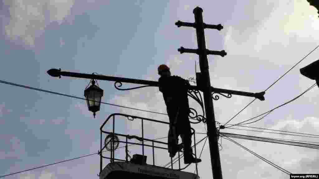 Електрик перевіряє вуличне освітлення
