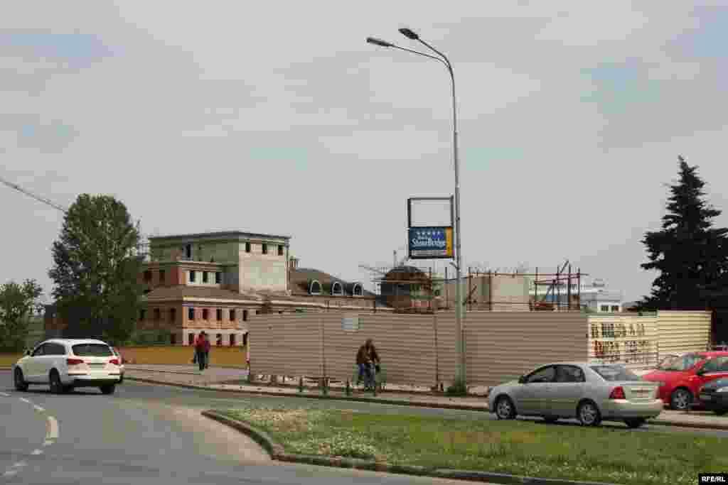 """Ministarstvo kulture Makedonije i grad Skopje zaduženi su za provedbu projekta pod nazivom """"Skopje 2014"""", kojim se planira izgradnja i obnova 30 zgrada u samom centru grada. U okviru projekta također su predviđeni i brojni spomenici – uključujući statuu Aleksandra Velikog koja će biti postavljena na vrh nove fontane na središnjem Trgu Makedonija, do kraja godine."""