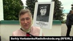Елена с фотографией отца, участника Второй мировой войны