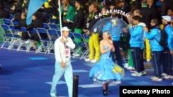 Казахстанский паралимпиец-пловец Ануар Ахметов (слева с флагом) на церемонии открытия Олимпиады в Лондоне в 2012 году.