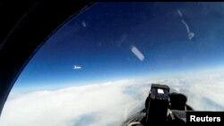 Ilustrativna fotografija - prikaz video snimka koje je rusko ministarstvo odbrane objavilo u januaru 2019. prikazujući ruski vojni avion Su-27 koji presreće švedski izviđački avion iznad Baltičkog mora.