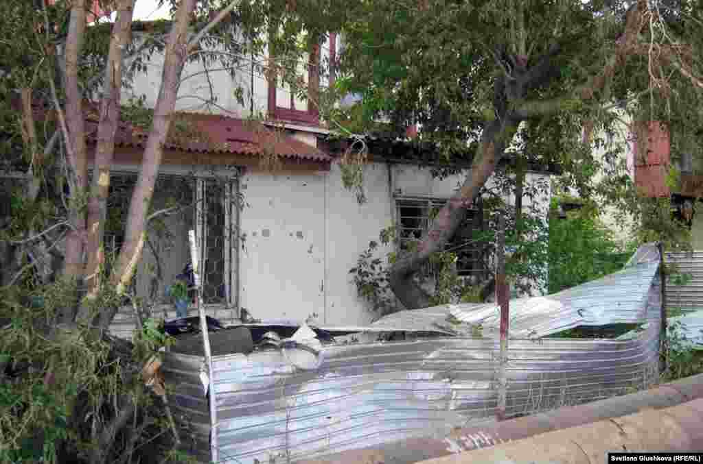 От удара взрывной волны покосился железный забор рядом с близлежащим жилым домом. Астана, 24 мая 2011 года. - От удара взрывной волны покосился железный забор рядом с близлежащим жилым домом. Астана, 24 мая 2011 года.