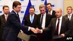 Ռուսաստանի և Ուկրաինայի էներգետիկայի նախարարներ Յուրի Պրոդանը և Ալեքսանդր Նովակը երկար բանակցությունների հետո կնքել են գազի մատակարարման պայմանագիրը, Բրյուսել, 30 հոկտեմբերի, 2014թ.