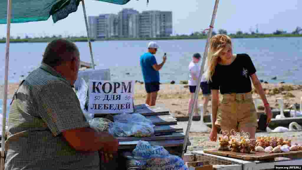 За 50 рублей (около 20 гривен) там можно купить корм для птиц