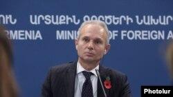 Госминистр Великобритании по вопросам Европы Дэвид Лидингтон во время пресс-конференции, Ереван, 3 ноября 2014 г.