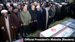 На траурной процессии духовный лидер Ирана аятолла Али Хаменеи (на переднем плане). По его правую руку — президент Ирана Хасан Роухани. Тегеран, 6 января 2020 года.