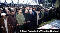 Аятолла Хаменеи генерал Сүлейманиге бағыштап құран оқып тұр. Тегеран, 6 қаңтар 2019 жыл.