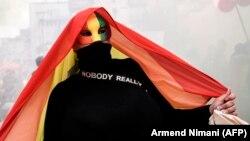 پرچم رنگینکمان (ششرنگ) نماد جهانی اقلیتهای جنسی و جنسیتی است