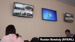 Журналистер Матаевтар сотын көрші залда монитордан қарап отыр. Астана, 22 тамыз 2016 жыл.