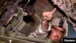Американский солдат, возвращающийся домой из Ирака.