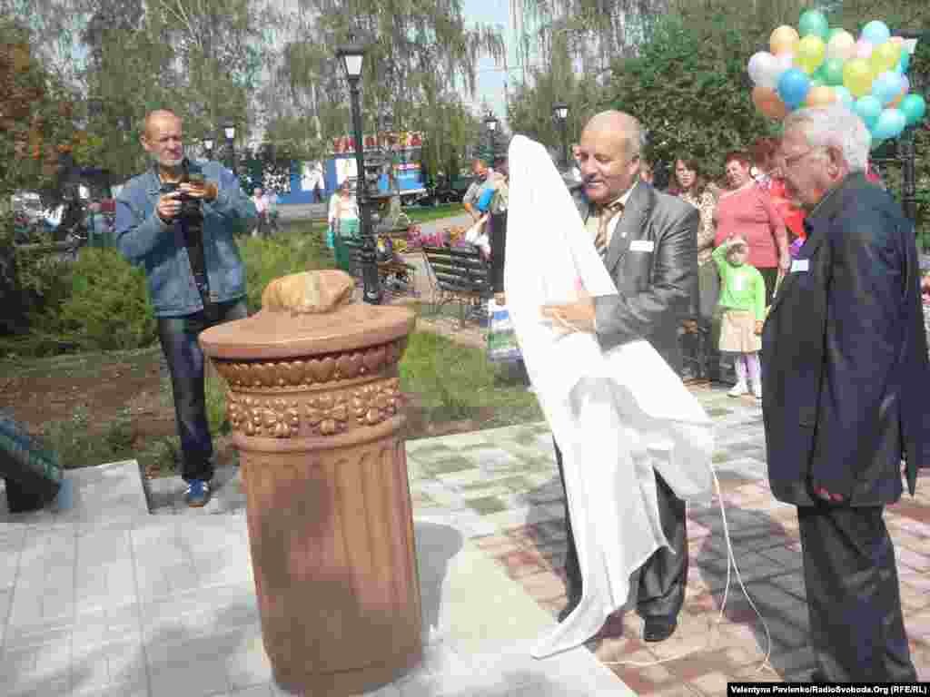 У Миргороді на День міста за участі міського голови та громадськості урочисто встановили галілейський «камінь кохання»