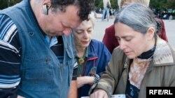 Пикетчики подписали поздравительные открытки для Валентина Данилова