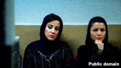 مرضیه وفامهر (راست) در نمایی از فیلم «تهران من، حراج»