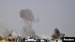 Ливиялык козголоңчулардын аскерий кербенин жаны ракетадан аткыланууда. Бин-Жавад шаарына чукул жер. 29-март, 2011