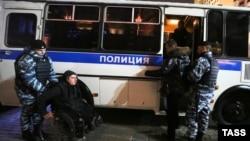 Ռուսաստան - Ոստիկանությունը բերման է ենթարկում ի պաշտպանություն «Բոլոտնայայի գործով» դատապարտյալների ակցիայի մասնակիցներին, Մոսկվա, 6-ը հոկտեմբերի, 2014թ․