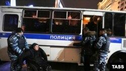 """Полиция задерживает участников акции в поддержку """"узников Болотной"""". Москва, 6 октября 2014 года."""