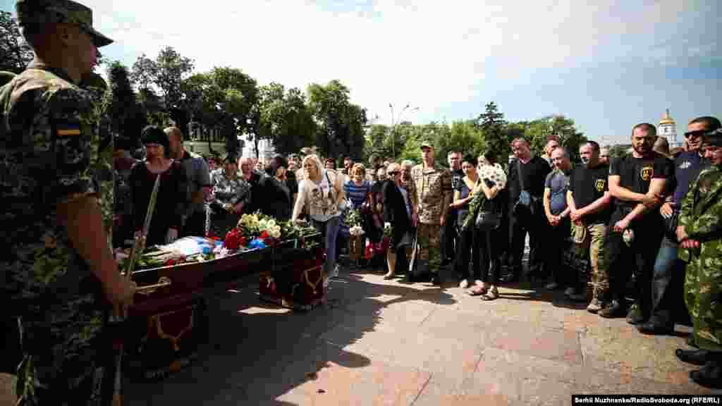 Попрощатися із загиблим військовим прийшли кількасот побратимів солдата та кияни