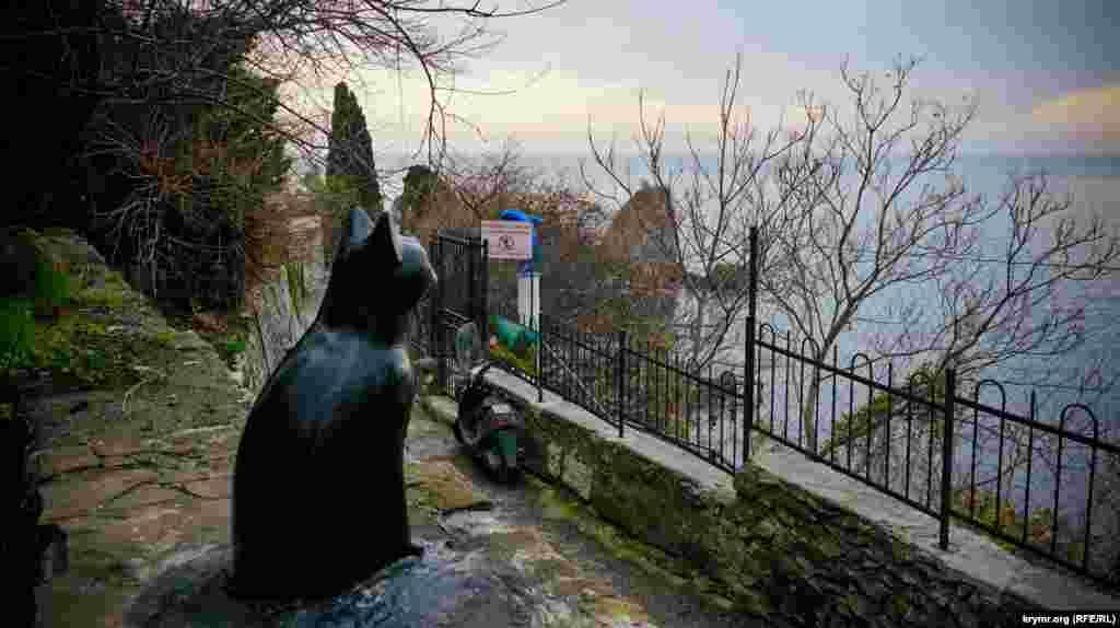 А в Гурзуфе есть бетонная кошка, которая умиротворенно смотрит на море