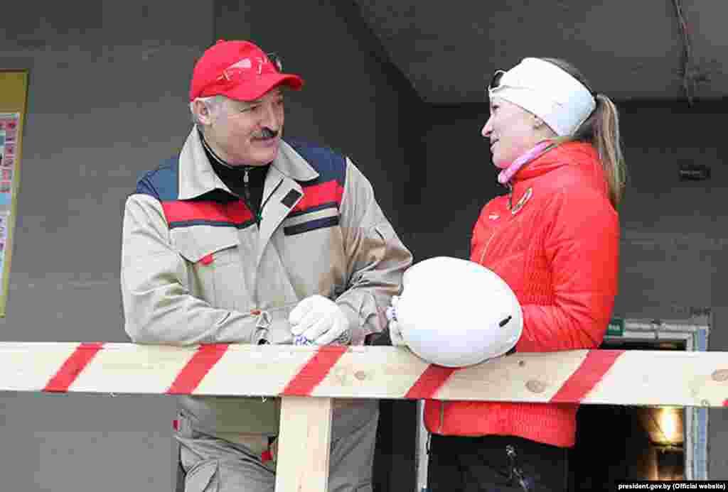 Belorus prezidenti Alyaksandr Lukashenka Olimpiya Çempionu Darya Domracheva ilə birlikdə iməcilikdə olarkən söhbət edir. Minsk 12 aprel 2014
