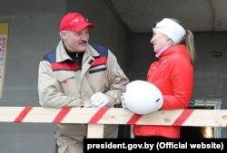 Аляксандар Лукашэнка і Дар'я Домрачава падчас суботніка. 12 красавіка 2014 году