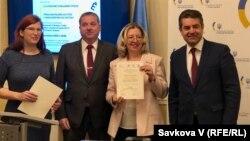 Тереза Хланьова (ліворуч) разом з послом України в Чехії Євгеном Перебийніс (крайній праворуч) нагороджують учасників конкурсу